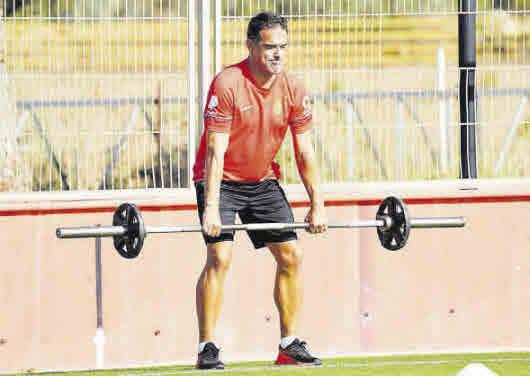 El técnico del Real Mallorca, Luis García, se ejercita en las instalaciones de Son Bibiloni. RCDM